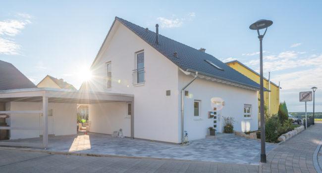 Haus mit Holzcarport